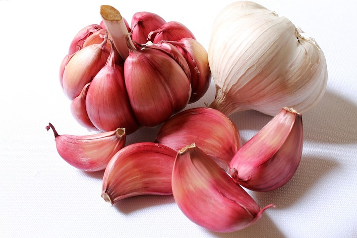 This image has an empty alt attribute; its file name is garlic-618400_1280.jpg